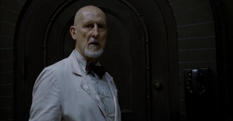 Dr. Arthur Arden interpretado por James Cromwell en la serie de FX American Horror Story Asylum