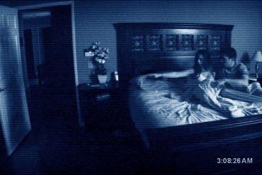 Escena de Paranormal Activity protagonizado por Katie Featherston, Micah Sloat, Mark Fredrichs y dirigido por Oren Peli