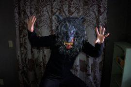 Escena de la película Creep protagonizada por Patrick Brice, Mark Duplass
