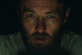 Escena de It Comes at Night protagonizada por Joel Edgerton, Christopher Abbott, Carmen Ejogo y dirigida por Trey Edward Shults