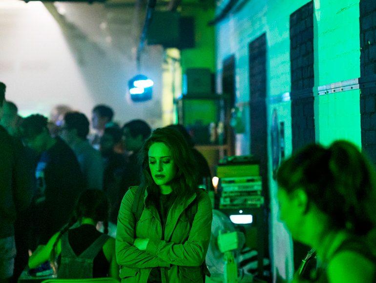 Escena de la tercera temporada de la serie Mr Robot, protagonizada por Rami Malek, Christian Slater, Portia Doubleday y dirigida por Sam Esmail.