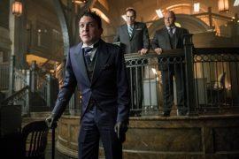 Escena de la serie Gotham en la foto Robin Lord Taylor quien interpreta a Oswald Cobblepot