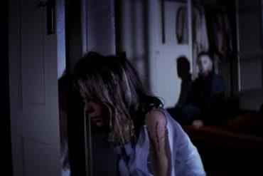 Escena de Halloween (1978) dirigida por John Carpenter y protagonizada por Donald Pleasence, Jamie Lee Curtis, Tony Moran