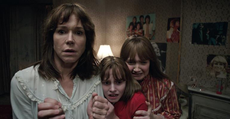 Escena de The Conjuring 2 dirigida por James Wan y protagonizada por Vera Farmiga, Patrick Wilson, Madison Wolfe