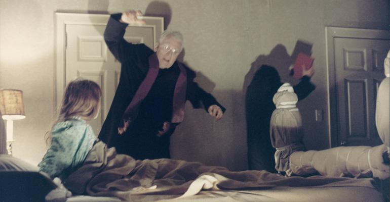 Escena de The Exorcist dirigida por William Friedkin y protagonizada por Ellen Burstyn, Max von Sydow, Linda Blair